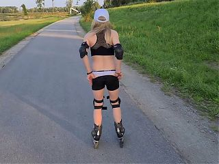 Sexy tranny roller girl! Fucked with finger after skating !!